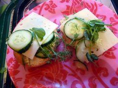 Prinsessä Nautasikaan kasviskeittokirja 2015: Maailman paras voileipä: moniviljasämpylä, edam-juusto, kotimainen tuorekurkku ja herneenverso