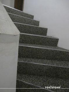 Kamenný koberec TopStone madeira na schodech v interiéru