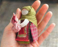Кукла-оберег `Подорожница`. Маленькая куколка-оберег для тех,кто много и часто ездит,ходит, летает... Хранит путешественников в дороге. Следит за тем,чтобы у них в пути всегда была еда, деньги и чтобы они непременно вернулись домой.