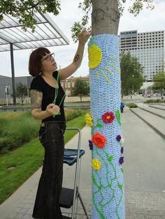 yarn bombing is a growing vandalism (graffiti) craft! Crochet Tree, Crochet Yarn, Knitting Yarn, Yarn Bombing, Colegio Ideas, Street Art, Urbane Kunst, Yarn Crafts, Fiber Art
