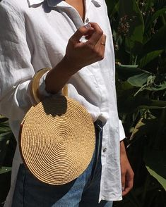 White linen shirt, blue jeans & raffia weave circle clutch with enamel handle Bags Uk, My Bags, Purses And Bags, Circle Purse, Mode Blog, Looks Chic, Basket Bag, Fashion Mode, Street Fashion