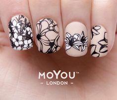 Uñas rosas y estampado negro) y blanco