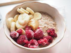 SKOŘICOVÁ OVESNÁ KAŠE S OVOCEM Healthy Cooking, Cereal, Oatmeal, Food And Drink, Meals, Breakfast, Memories, Drinks, Fitness