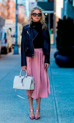 Caro Daur usa saia midi plissada, turtleneck, jaqueta de couro e scarpin.