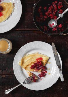 Crêpes minces, framboises & crème à l'érable