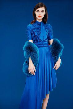 Mary Katrantzou Pre-Fall 2017 Fashion Show Collection Blue Fashion, Colorful Fashion, Fashion 2017, Autumn Fashion, Fashion Outfits, Fashion Weeks, Fashion Spring, London Fashion, Street Fashion
