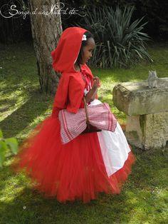 Little Red Hood / Petit chaperon rouge. Robe tutu accompagné de son tablier amovible en coton, et de sa cape à capuche. Gare au grand méchant loup!