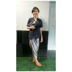 I was wearing navy blue simple modern Kebaya & silver yellow-lined Kain Lilit <3 <3