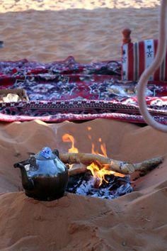 Campfire in the desert for tea time - morocco sahara desert Maroc Desert Dream, Desert Life, Doha, Pierre Loti, Desert Sahara, Naher Osten, Deserts Of The World, Arab World, Arabian Nights