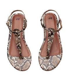 Sandalen met een riempje met een metalen gespje rond de enkel en een rubberen zool.