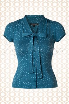 This cute 50s Bow Little Dots Blouse is simply irresistible! The two fixed tie straps at the neckline can be tied into a big bow and finish it off completely. Not only a stunner to see, but also super comfortable thanks to the soft, supple and stretchy petrol blue viscose blend with lovely white pin dots, we love it!
