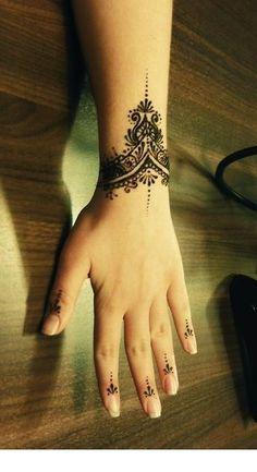 Henna Tattoo Wrist, Wrist Bracelet Tattoo, Wrist Tattoo Cover Up, Thigh Band Tattoo, Wrist Tattoos For Women, Small Wrist Tattoos, Finger Tattoos, Ladies Tattoos, Henna Designs Wrist