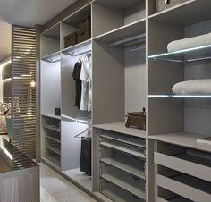 ARRUMAÇÃO GERAL  Do hall de entrada aos quartos, faça uma inspeção em armários, gavetas, estantes, baús… E livre-se de tudo o que não é útil, doando, vendendo ou jogando fora, se necessário. Se a bagunça for grande, trabalhe por etapas ou cômodos, para não desanimar. Resuma a sua vida – com um lar organizado e sem supérfluos, você vai ver como a limpeza rotineira torna-se bem mais fácil.