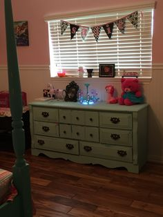 Leatha has been decorating her little girls room and I must say the turquoise and pink look GORGEOUS together, I LOVE IT!!