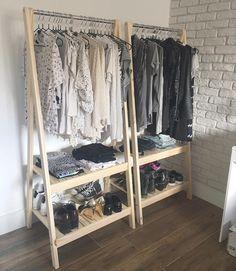 Ideia muito boa para substituir um armário ou guarda-roupa. Essa arara simpática é do Meu Móvel de Madeira.