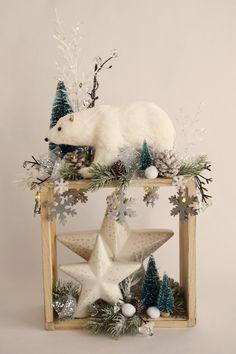 Holzregal winterlich dekoriert mit Eisbär und Sternen. Snow Globes, Christmas Decorations, Decorating, Home Decor, Modern Stairs, Centerpieces, Ice, Stars, Christmas
