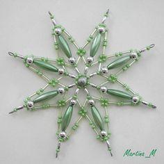Vánoční hvězda 2015_24 Vánoční hvězdička střední velikosti z plastových a skleněných korálků a perliček v kombinaci zelené a stříbrné. Průměr cca 11,5 cm, díky koncovým očkům lze zavěsit na háček. Pouze 1 ks - originál.