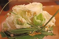 Brautstrauß von Passiflori Penzberg mit weißen Rosen, goldenen Perlen und Blattgold