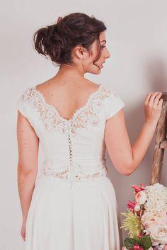 Un ensemble vaporeux pour une tenue de mariée moderne et fluide en mousseline et dentelle de Calais. Modèles réalisés sur mesure à Lyon. Robe de mariée en dentelle avec boutons dans le dos