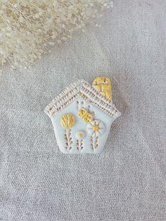 お花が素敵なおうちのブローチ Clay Ornaments, Polymer Clay Crafts, Clay Beads, Clay Earrings, Badge, Projects To Try, Museum, Brooch, Embroidery