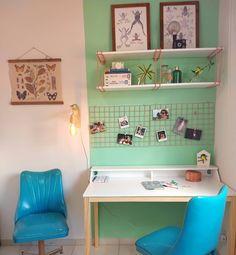 """73 curtidas, 13 comentários - Stephani Demczuk (@stephanidemczuk) no Instagram: """"Agora dá pra dizer que [quase] acabamos de ajeitar o home office. Esse cômodo sempre foi uma…"""" Home Office, Table, Design, Furniture, Home Decor, Instagram, Snuggles, Products, Home"""