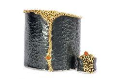 Raíces - La plata envejecida, el oro y las piedras semipreciosas dan forma a la colección más intima y personal de Isabel Mir.  Orgánica, imperfecta, natural…  Esta colección nace de la observación de la naturaleza más pequeña, microscópica y su única misión en la vida, no extinguirse.