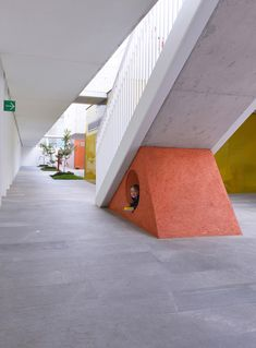 Built by LBR + A in Mexico City, Mexico with date Images by Alfonso Merchand. The Kinder Monte Sinai encourages children's creativity through educational spaces designed to their size and comfort. Kindergarten Interior, Kindergarten Design, Id Design, Modern Design, School Architecture, Interior Architecture, Monte Sinai, Reception Design, Common Area