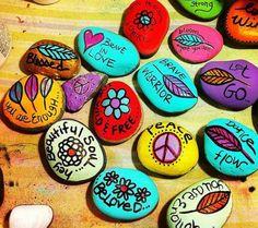 galets décorés de dessins simples avec des messages, idée de cadeau à faire soi meme pour sa meilleure amie