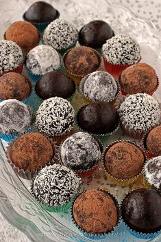 Sugarless vegan cocoa truffles {Christmas Menu with Green Windows} Roh Vegan, Vegan Raw, Raw Food Recipes, Sweet Recipes, Vegan Truffles, Chocolates, Christmas Truffles, Brunch, Mini Desserts