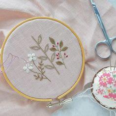 Pink! . ピンクのリネン生地に刺繍。 甘くなり過ぎないように〜と思うと、刺繍糸のチョイスが難しい。 #handmade #embroidery