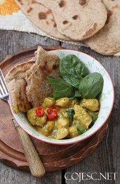 Curry z kurczakiem z pelnoziarnistymi chlebkami naan