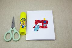 Tutorial: Turn your fabric scraps into cute cards for your sewing friends Fabric Postcards, Fabric Cards, Free Sewing, Sewing Diy, Craft Room Design, Sewing Cards, Button Cards, Free Motion Embroidery, Craft Club