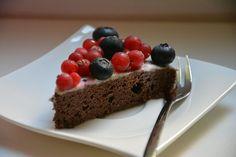 Schokokuchen mit Beeren und Kokosglasur - Ein Muss für alle Kuchenliebhaber!