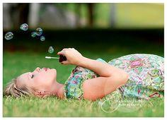 Maternity Photography | Outdoor | Pregnancy Photos | Pose Ideas | Photo Session Idea | Bubbles | Prop | Props
