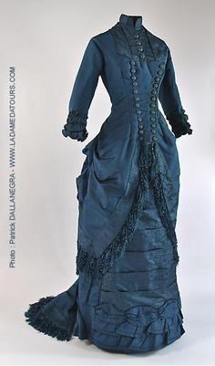 Robe à tournure Visiting Dress, circa silk brocade and silk fringe. 1880s Fashion, Edwardian Fashion, Vintage Fashion, Vintage Gowns, Mode Vintage, Vintage Outfits, Vintage Hats, Antique Clothing, Historical Clothing