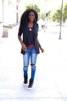 Hoje vamos falar da combinação de tênis cano alto com calça jeans, saia ou shorts. O tênis que tem inspiração nas quadras de basquete, a qual ficou durante