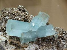 Aguamarina  Aguamarina:Es un mineral de berilio.  Color:azul claro azul azul verde (verde mar). Brillo vítreo transparente a opaco. Cristaliza en el sistema hexagonal. Bella piedra de los Océanos aunque terrena su nombre viene del latín que significa Agua de Mar.  Es un silicato de berilo y aluminio {(SiO3)6(Be3Al2} su hermoso colorido se debe a la presencia de ligeras trazas de óxido ferroso. La dureza es de 75 a 8 en la escala de Mohs. Se presenta en cristales de gran tamaño generalmente…