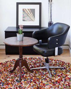 Tapis en feutre coupé Araav. L'Araav rectangulaire est fait de nombreuses couleurs éclatantes, ce qui signifie qu'il passera parfaitement dans n'importe quelle pièce, chambre, salon, salle à manger ou autre. L'Araav est un tapis chaud et confortable, juste ce qu'il faut après une longue journée. Grâce à de joyeuses couleurs comme le vert, le rouge, le blanc, le bleu et encore bien d'autres, ce tapis ne passera pas inaperçu #sukhi #tapis #decoration #multicolore #feutre