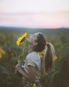 Always look at the brighter side of life just like the sunflower which looks upo. Always look at the brighter side of life just like the sunflower which looks upo… Always look at Sunflower Field Photography, Summer Photography, Girl Photography, Creative Photography, Sunflower Field Pictures, Sunflower Pics, Poses Photo, Sunflower Fields, Insta Photo Ideas