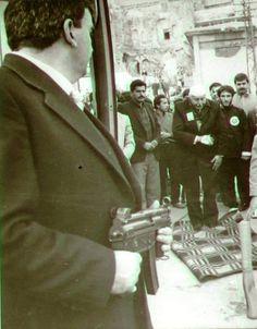 Necmettin Erbakan arabaya binerken eli kapıya sıkışması sonucu parmağı koptu.Kendisi elini bezle sarıp namazını kıldı ardından doktora gitti Real Men, Istanbul, Ale, Islam, History, Fictional Characters, Historia, Ale Beer, Fantasy Characters