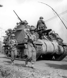 American soldiers and self-propelled howitzer move on the island of Luzon, March 1945 ~ Military Photos, Military History, Tank Destroyer, World Of Tanks, Battle Tank, Ww2 Tanks, American Soldiers, Panzer, War Machine