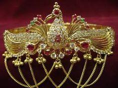 Jewellery Designs: Gold Peacock Vanki (Armlet) Gallery with Gemstones. Vanki Designs Jewellery, Vaddanam Designs, Indian Jewellery Design, Jewelry Design, Dainty Jewelry, Simple Jewelry, Gold Jewelry, Jewlery, Indian Wedding Jewelry