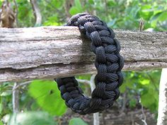 How to make a single color survival bracelet/paracord bracelet with buckle. Here is what you'll need: Paracord ( around 10 feet ) Lighter Tape Measure/Ruler Side release buckle Scissors Paracord Bracelet Instructions, Paracord Tutorial, Paracord Bracelets, Bracelet Tutorial, Survival Bracelets, Hemp Bracelets, Bangles, Baby Cobra, Cobra Weave
