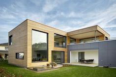 Energieeffizienz und Design im Einklang Das Haus wird zur Strasse hin durch einen Anbau komplettiert und verbirgt im Inneren seines dadurch U-förmigen Grundrisses einen ruhigen Innenhof mit Loggia, der sich zum Nachbargrundstück hin in den Garten öffnet. Lass auch Du dich inspirieren. Dein bautrends.ch - Inspirationsteam . . #Neubau #Hausbau #hausplanung #Architektur #Energieeffizienz #Gartenoase #Holzbau #Holzfassade #Minergie #renggli #bautrends Architecture Design, Facade Design, Exterior Design, House Design, Double Storey House, 2 Storey House, Small Country Homes, Art Nouveau, Modern Mansion