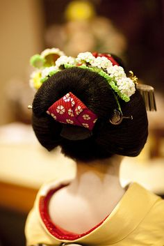 Around the age of 18 maiko starts to style her hair in Ofuku. This hairstyle is a symbol of maturity and only senior maiko wear it.