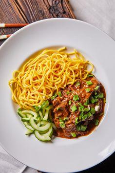 Kínai szaftos marharagu tésztával | Street Kitchen Ravioli, Spaghetti, Food And Drink, Meals, Cooking, Ethnic Recipes, Kitchen, Cook Books, Toms