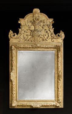 Miroir en bois sculpté et doré d'époque Louis XIV France 18thC