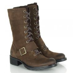 The Timberland Charles St Mid Lace Women's Calf Boot is great for the autumn winter season. This fabulous pair of women's calf boots are a lace up design that boasts a buckle detail and zip fastening on the inside leg allowing you to wear the laces looser if you prefer.