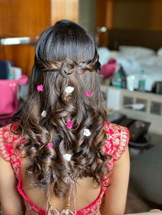 Simple And Subtle Hairstyles For The Minimal Bride! Low Ponytail Hairstyles, Open Hairstyles, Unique Hairstyles, Indian Hairstyles, Latest Hairstyles, Bride Hairstyles, Pretty Hairstyles, Rose Hairstyle, Engagement Hairstyles