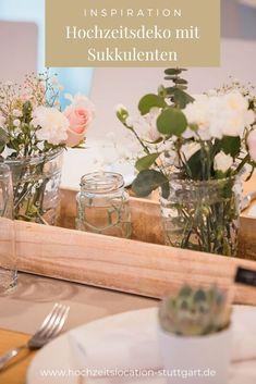 Moderne Hochzeitsdekoration mit Eukalyptus, Rosen, Nelken und Schleierkraut in den Tönen blush, rosa, weiß und grün. Kombiniert mit Holzelementen und Sukkulenten. Table Decorations, Inspiration, Furniture, Home Decor, Hot Pink Flowers, Barn Wood Floors, Succulents, Rustic, Decorating